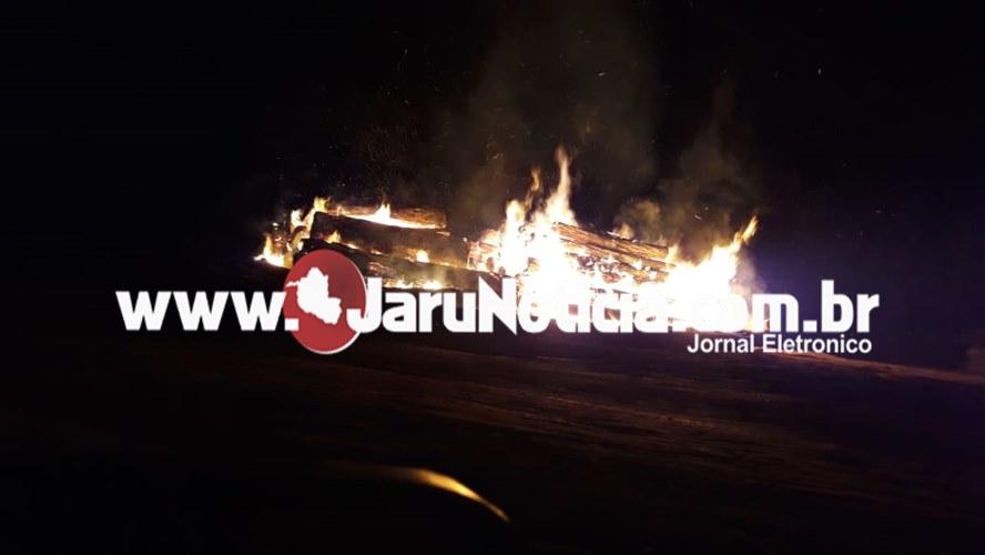 Jaru –  Incêndio é registrado em patio da Madeireira Roima na noite desta segunda-feira em Jaru – VIDEO