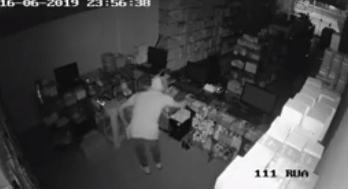 Vídeo flagra suspeito de furto em farmácia no centro do município de Jaru