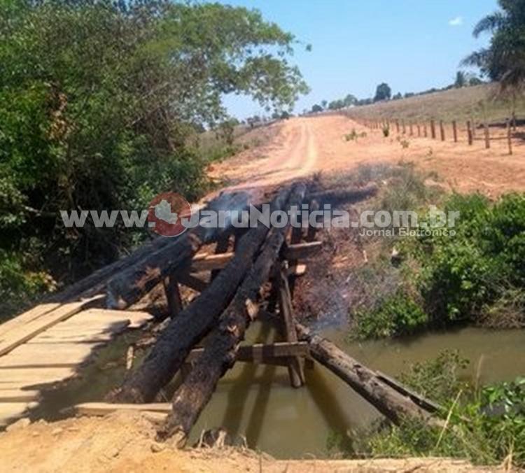 Condutor de Honda Biz cai de ponte queimada na zona rural de Theobroma e cobra administração municipal