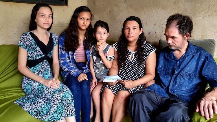 NO ESCURO: Família pede ajuda para pagar conta de luz e precisa de roupas e comida