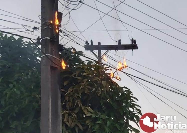 Fogo em rede elétrica de alta tensão deixa moradores preocupados no setor 05 em Jaru