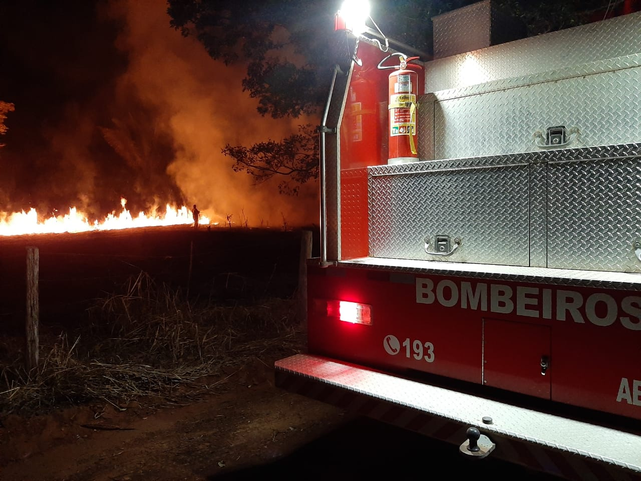JARU: Incêndio na linha 627 mobiliza Corpo de Bombeiros e Policia Militar – VÍDEO