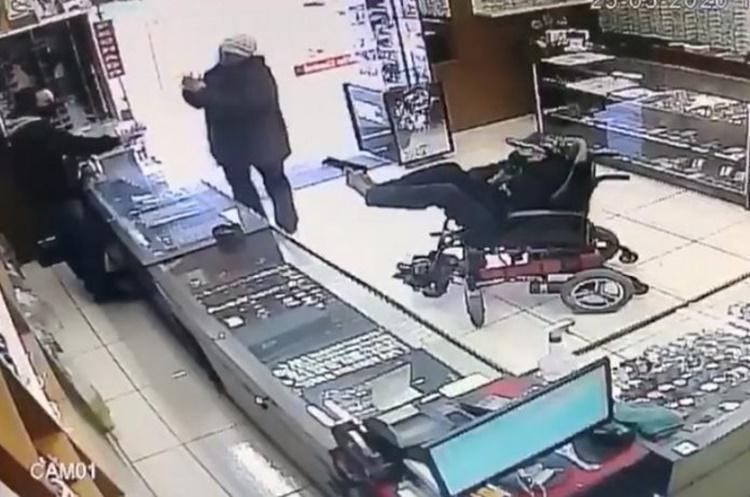 Cadeirante mudo é detido ao tentar assaltar relojoaria com pistola no pé – VÍDEO