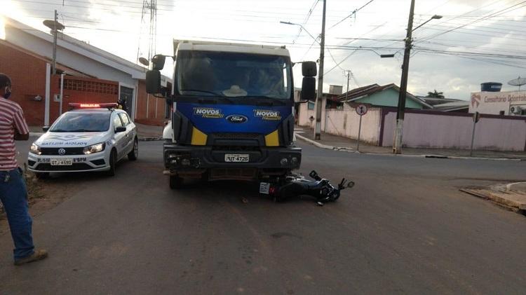 JARU –  Casal fica ferido ao se envolver em acidente de trânsito com caminhão da Prefeitura