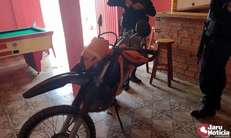JARU – Homem deixa moto como penhora em bar, e proprietário de estabelecimento descobre que veículo estava com  restrição de furto