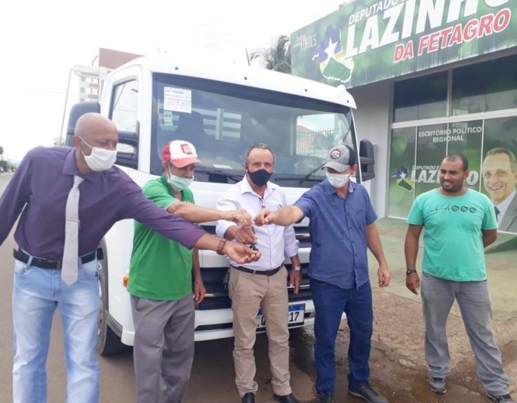 Deputado Lazinho da Fetagro contempla ASPRUVAU com caminhão