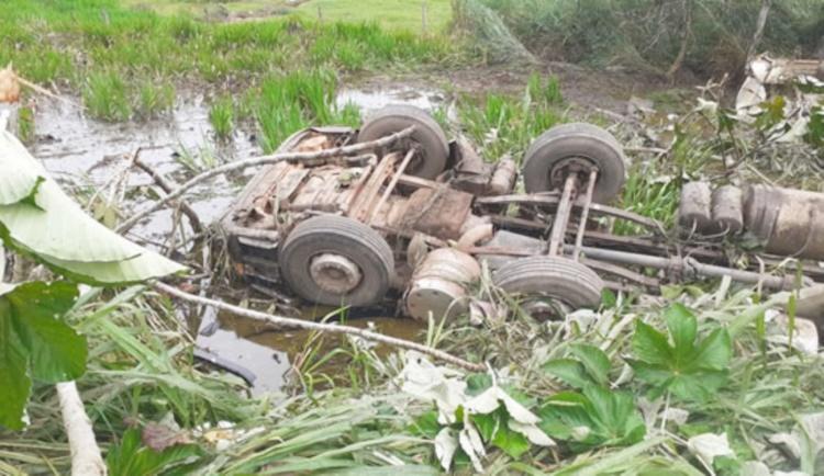 BR-364: motorista morre após caminhão sair da pista e ficar submerso em açude; vídeo