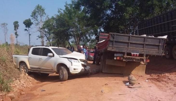 Condutor perde controle de caminhonete e colide contra caminhão na zona rural de Machadinho
