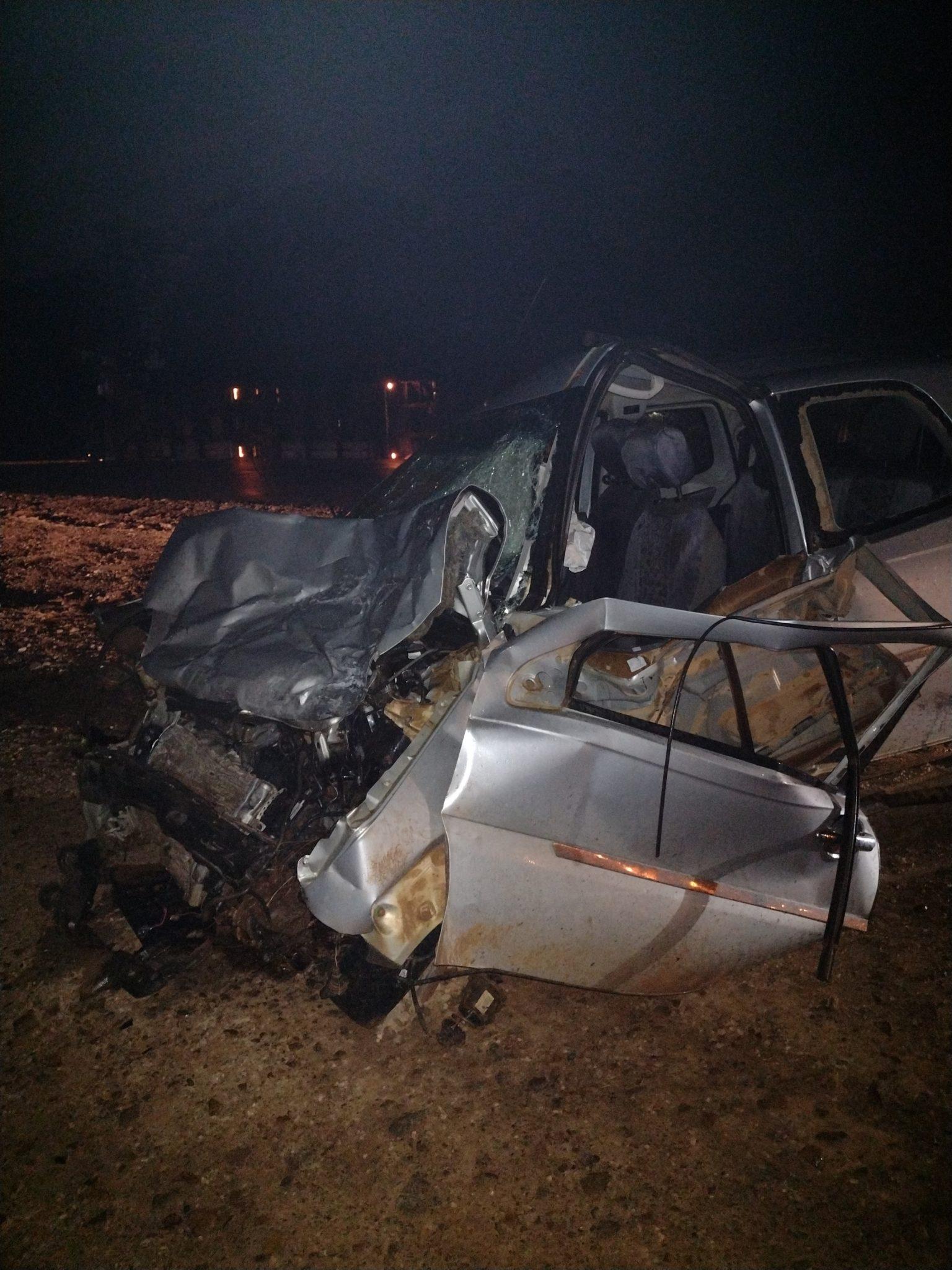 JARU – Carreta tomba após colidir com Fiat Strada na BR-364